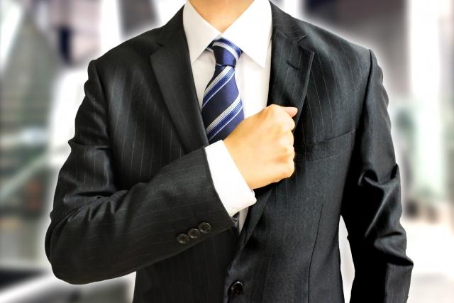 スーツを着たサラリーマン