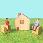 家と悩む男女