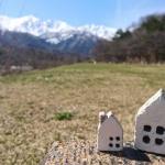 空き地と家の置物