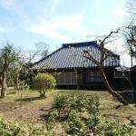 広い庭と古い家