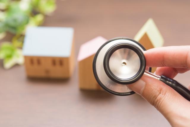 ミニチュアの家と聴診器