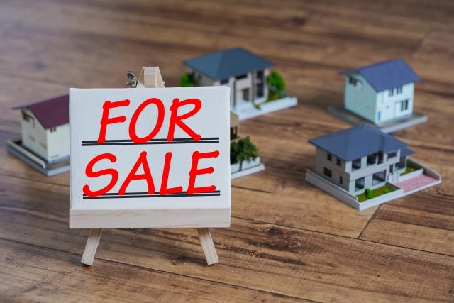 ミニチュアの家と売却の看板