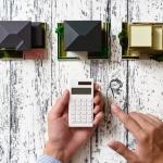 家の模型と電卓で計算する手元